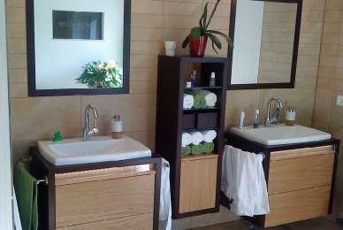 zweifarbige Waschtischunterschränke im Partnerlook mit Handtuchschränkchen