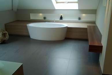 Bad modern, freistehende Badewanne mit angrenzender Ablage in Holzdekor