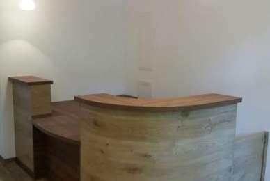 Empfangsbereich, zweifarbiger Tresen in Holzdekor Nussbaum und Eiche