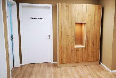 Praxis Wartebereich Schrank im Holzdekor